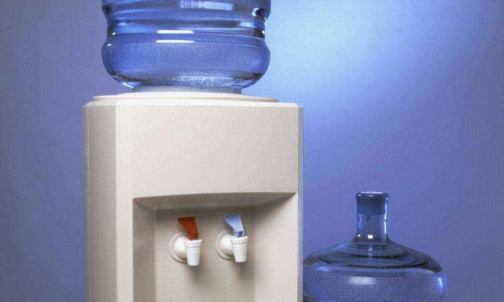 dispensador de agua rojo y azul